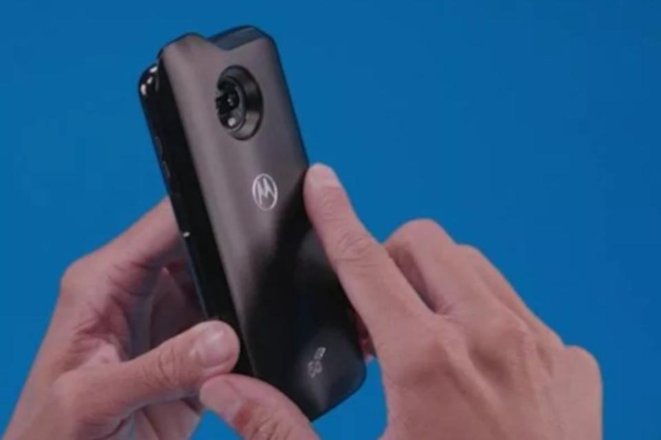 Imagem de Moto Z3 Play aparece com módulo de conexão 5G em imagem de propaganda no tecmundo