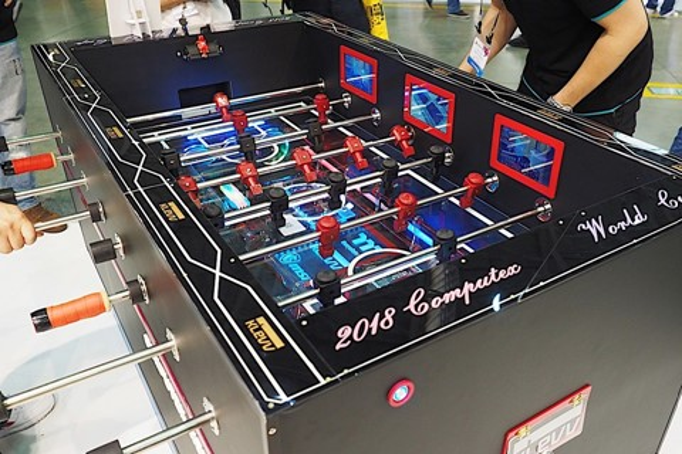 Imagem de PC modificado homenageia a Copa do Mundo na forma de mesa de pebolim no tecmundo