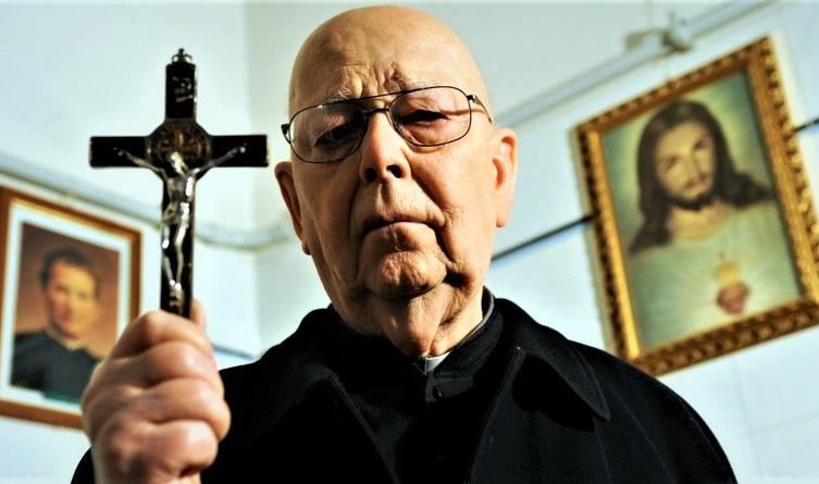 Um padre com uma cruz.