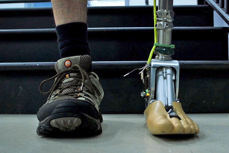 Imagem de Tornozelo protético inteligente é capaz de se adaptar a pisos irregulares no tecmundo