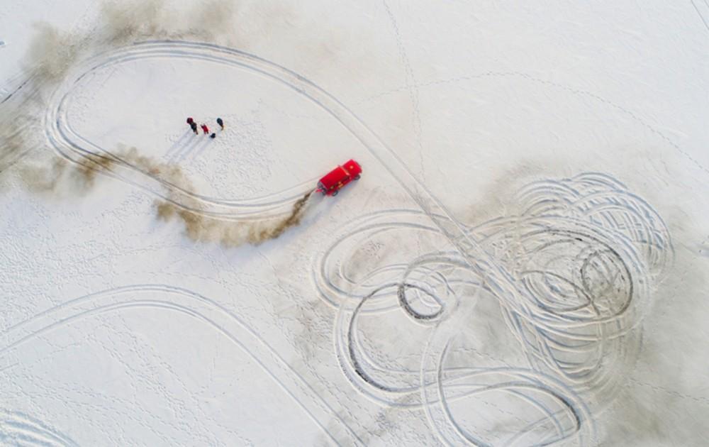 Carro circulando na neve