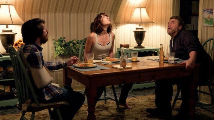 Três pessoas jantando.