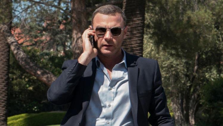 Um homem ao telefone.
