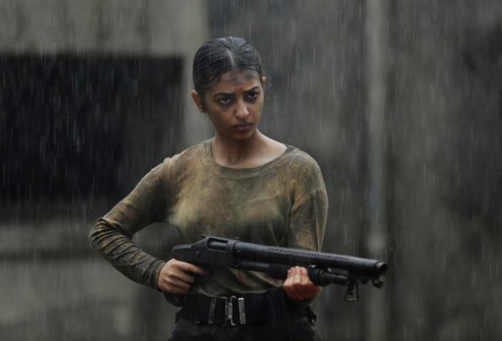 Uma mulher com uma arma.