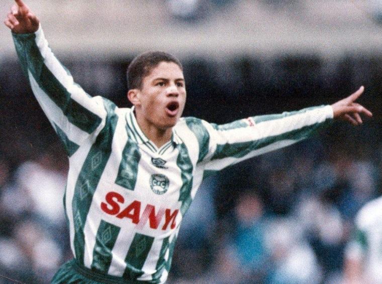 Um jogador de futebol.