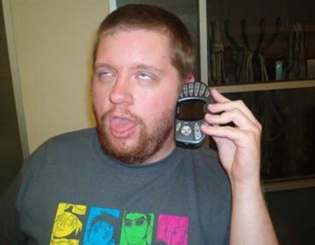 Uma pessoa falando ao celular.