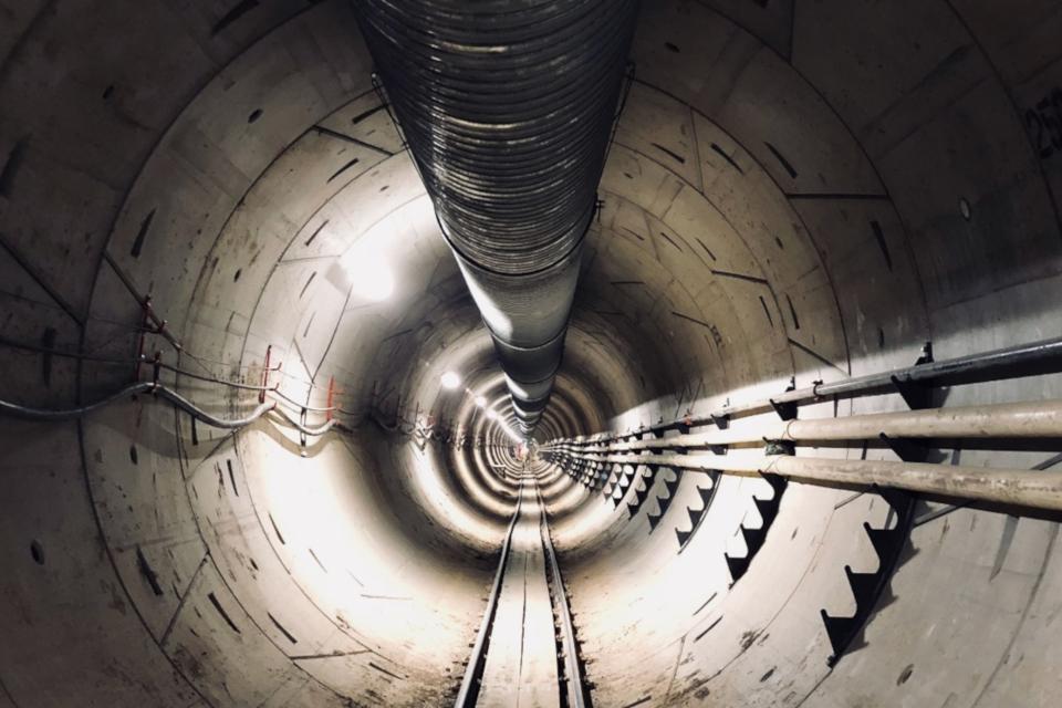 Imagem de Veja Elon Musk dando um passeio pelo novo túnel da Boring Company no tecmundo