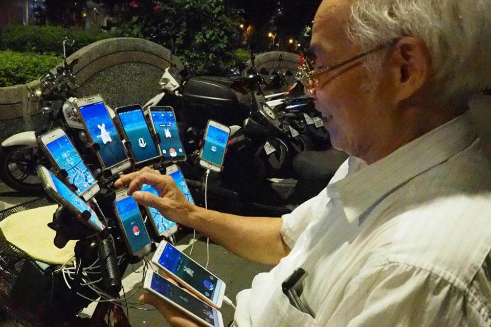 Imagem de Idoso de 70 anos consegue jogar Pokémon Go em 11 smartphones ao mesmo tempo no tecmundo