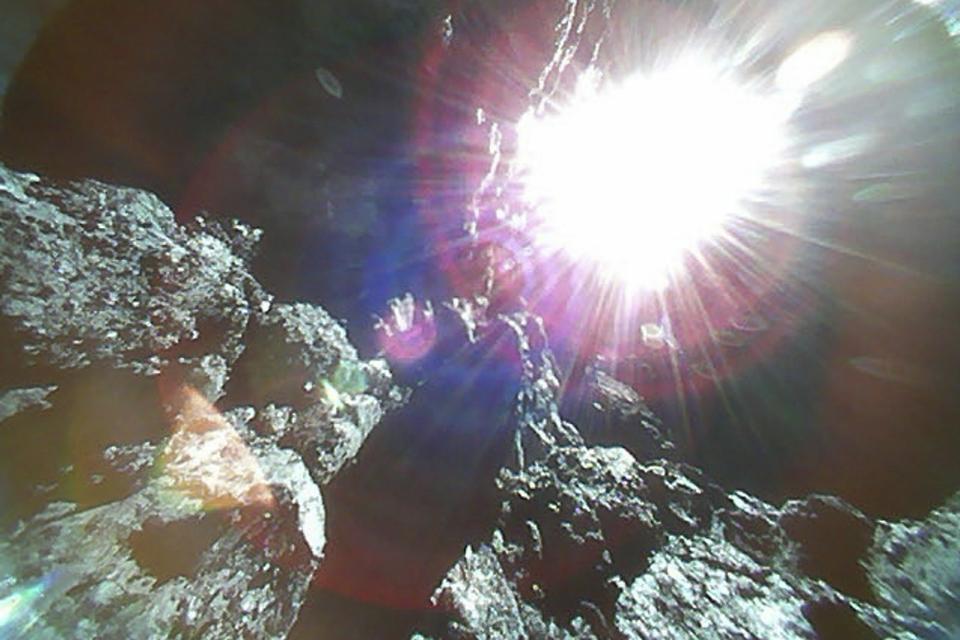 Imagem de Sonda japonesa que pousou em asteroide fez novas fotos incríveis no tecmundo