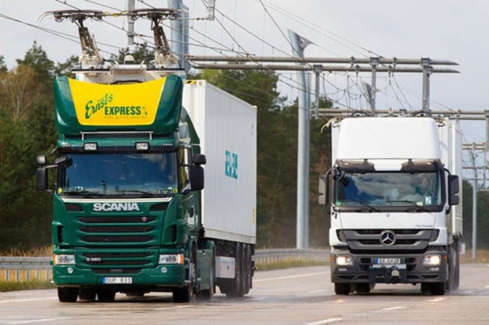 """Imagem de Estrada alemã tem """"cabos"""" que carregam caminhões elétricos em movimento no tecmundo"""