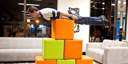 Imagem de Planking, a nova moda da internet chega ao escritório do Baixaki no site TecMundo